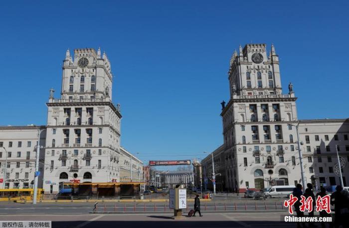 白俄罗斯明斯克一座建筑物上的时钟指向12点。