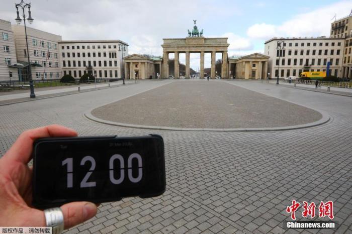 德国柏林,勃兰登堡门前的空旷广场。