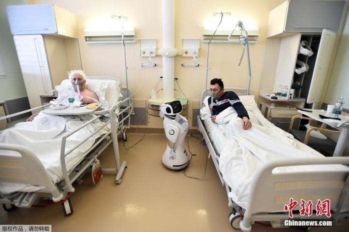 """资料图:当地时间4月1日,意大利瓦雷泽的Circolo医院启用了""""机器人护士""""来照料新冠肺炎患者。"""