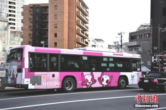 克日,跟着日本东京新冠肺炎确诊人数增加,公众淘汰外出。图为路上绘有东京奥运图案的大巴驶过。 /p阳光在线官网记者 吕少威 摄
