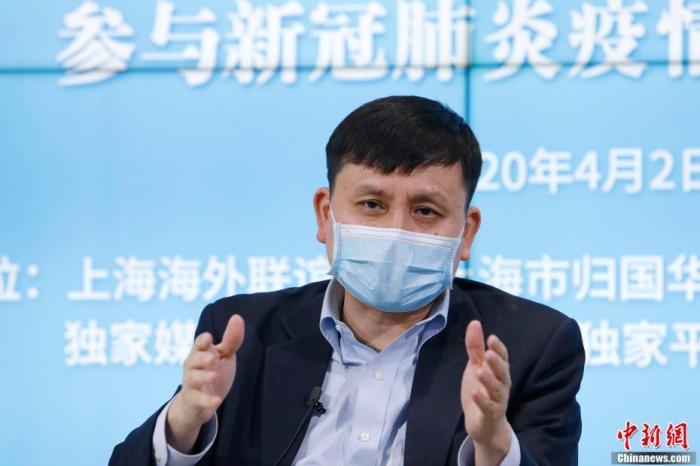 张文宏与海外华侨华人、留学人员视频交流并回答问题。 殷立勤 摄