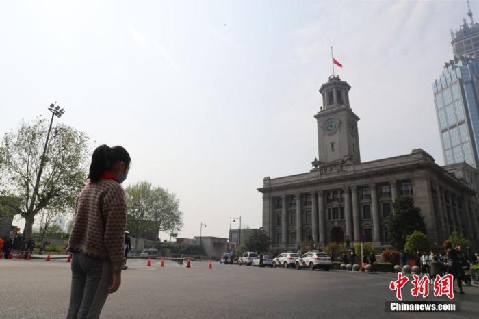 4月4日,汉口辅仁小学三年级学生倪夕童肃立默哀。当日,武汉市举行哀悼活动,表达对抗击新冠肺炎疫情斗争牺牲烈士和逝世同胞的深切哀悼。 中新社记者 张畅 摄