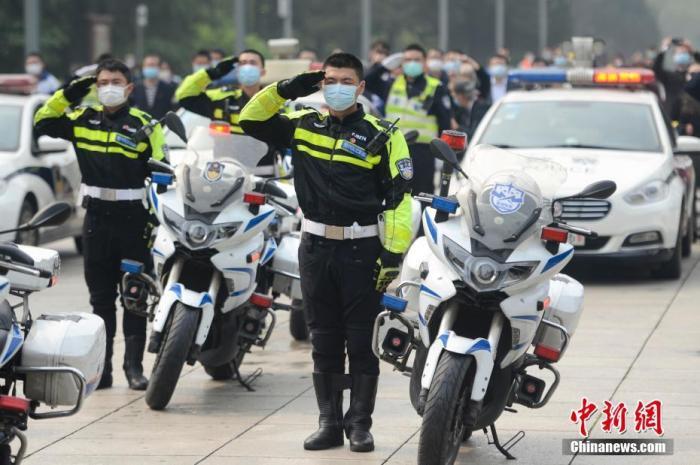 4月4日,长沙烈士公园内,交警代表向烈士塔敬礼。当日,长沙举行哀悼活动,社会各界人士代表来到长沙烈士公园默哀、献花,表达对抗击新冠肺炎疫情斗争牺牲烈士和逝世同胞的深切哀悼。 中新社记者 杨华峰 摄