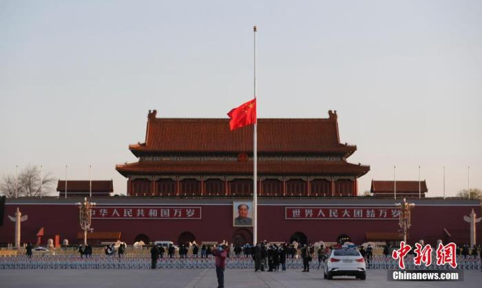 4月4日,北京天安门广场降下半旗,表达对抗击新冠肺炎疫情斗争牺牲烈士和逝世同胞的深切哀悼。 中新社记者 杜洋 摄