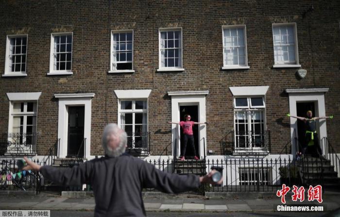 """当地时间4月4日,英国伦敦新冠疫情蔓延期间,居民们在西蒙·添纳(Simon Garner)的带领下参添了一个""""踏上台阶""""健身课程。"""