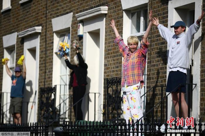 """当地时间4月4日,英国伦敦新冠疫情蔓延期间,居民们参加一个""""踏上台阶""""健身课程。"""