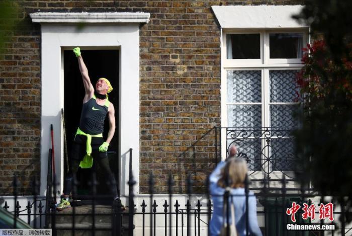 """当地时间4月4日,英国伦敦新冠疫情蔓延期间,居民们在西蒙·加纳(Simon Garner)的带领下参加了一个""""踏上台阶""""健身课程。"""