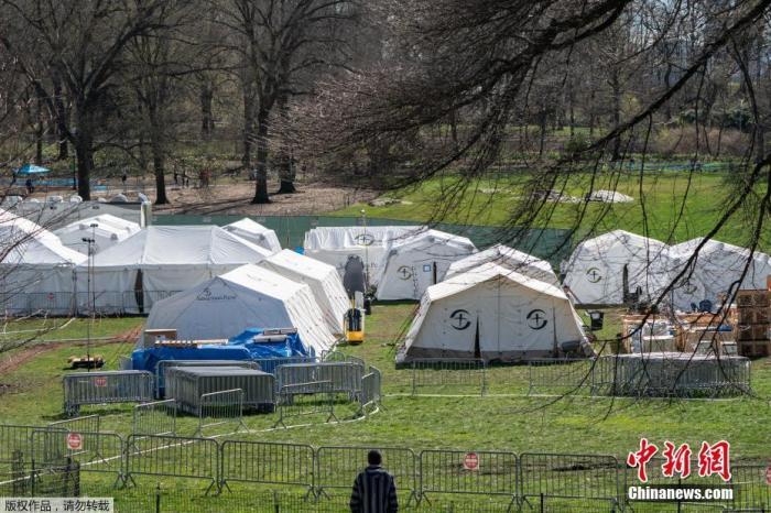 当地时间4月4日,美国纽约中央公园东草地搭建起的紧急野战医院的帐篷。