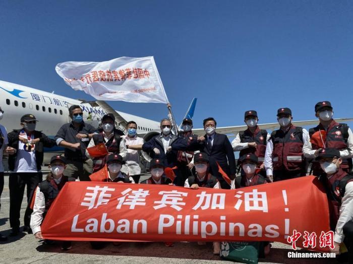 4月5日,中国政府赴菲律宾抗疫医疗专家组一行12人,乘坐由厦门航空执飞的包机抵达菲律宾首都马尼拉。图为中国驻菲律宾大使黄溪连(后右四)与医疗专家组合影留念。中新社发 中国驻菲律宾使馆 供图