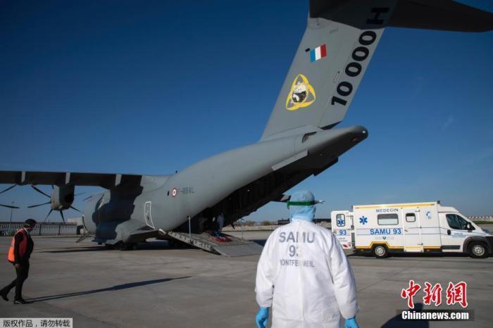当地时间4月4日,一架军用A400M运输机正在等待装载新冠肺炎患者,从巴黎的奥利机场运往巴黎地区以外的一家医院。据法新社报道,奥利机场目前已对旅客关闭,变成一个疏散中心用于缓解巴黎地区医院的压力。