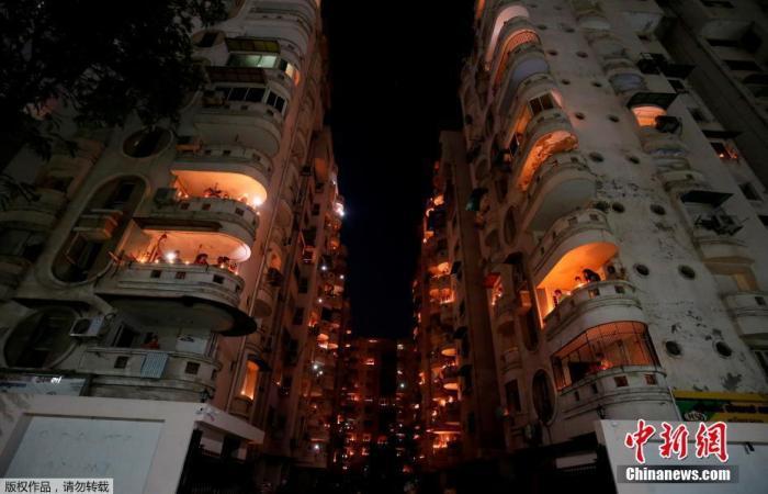 当地时间4月5日21点,印度民多熄灯9分钟,点燃蜡烛和油灯为抗疫祝福。图为印度艾哈迈达巴德民多站阳台上燃首烛光。