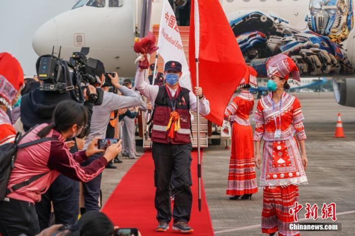 4月7日下午,首批中国援助柬埔寨的7人医疗专家组圆满完成任务,乘机返回广西南宁。 中新社记者 陈冠言 摄