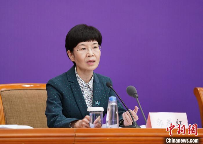 4月7日,国务院联防联控机制在北京召开新闻发布会,介绍新冠肺炎患者医疗救治和抗击疫情中护理工作发挥的作用有关情况。中国国家卫生健康委员会医政医管局监察专员郭燕红表示,在湖北援鄂医疗队员中护士2.86万名,从年龄来看,80后、90后占护士总数的90%,其中90后护士占比达到40%。 中新社记者 苏丹 摄
