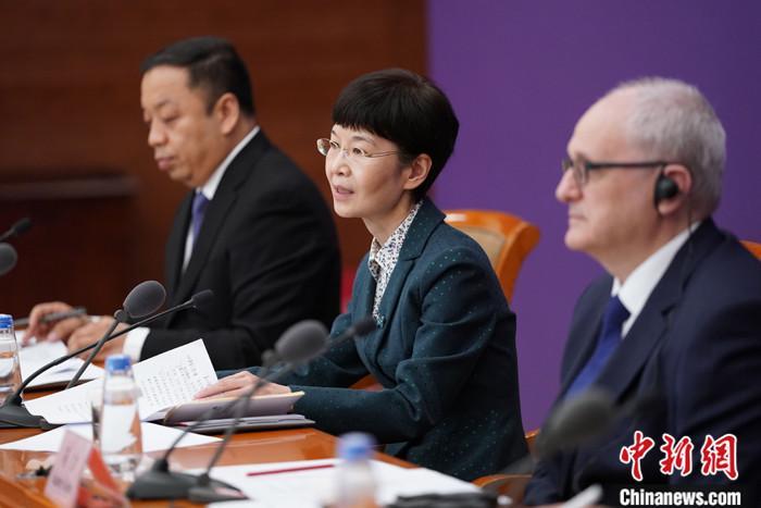 4月7日,国务院联防联控机制在北京召开新闻发布会,介绍新冠肺炎患者医疗救治和抗击疫情中护理工作发挥的作用有关情况。中国国家卫生健康委员会医政医管局监察专员郭燕红(中)表示,在湖北援鄂医疗队员中护士2.86万名,从年龄来看,80后、90后占护士总数的90%,其中90后护士占比达到40%。 中新社记者 苏丹 摄