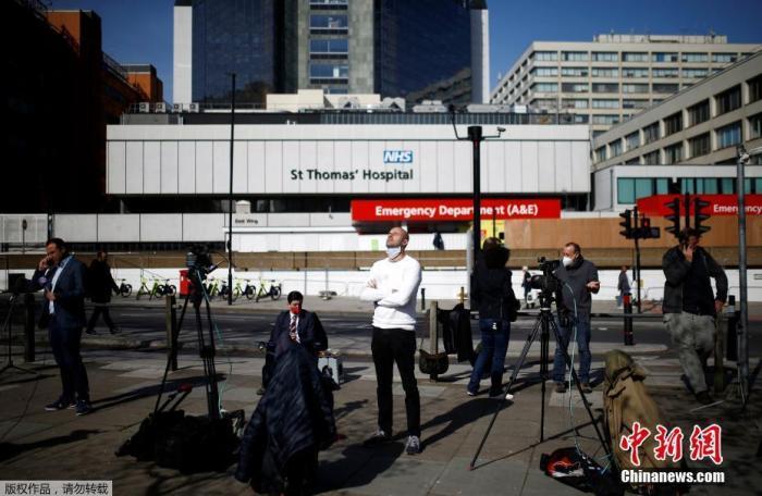 当地时间4月7日,大批媒体守候在英国首相鲍里斯约翰逊入住的圣托马斯医院门口。据英国广播公司(BBC)7日报道,英国首相发言人称,首相鲍里斯·约翰逊在6日晚因新冠病毒症状恶化而入院接受重症监护后,目前精神状态良好。