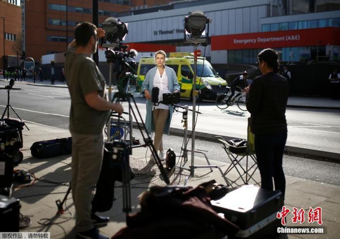 当地时间4月7日,大批媒体守候在英国首相鲍里斯约翰逊入住的圣托马斯医院门口。据英国广播公司(BBC)7日报道,英国首相发言人称,首相鲍里斯・约翰逊在6日晚因新冠病毒症状恶化而入院接受重症监护后,目前精神状态良好。