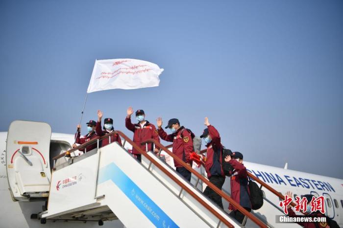 图为专家组成员登机出发。中新社记者 刘冉阳 摄