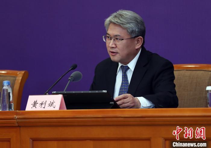 4月8日,中国国务院联防联控机制在北京召开新闻发布会,介绍医疗物资生产保障工作情况。中国工业和信息化部新闻发言人、运行监测协调局局长黄利斌在会上表示,在庞大的国际需求面前,中国医疗物资的产能是有限的,愿为有关国家和地区提供力所能及的支持和帮助。 中新社记者 宋吉河 摄