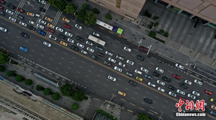资料图:路面上的车流。 周星亮 摄