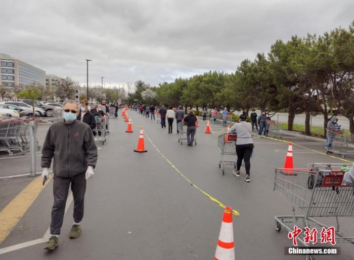 资料图:当地时间4月8日,美国旧金山湾区民众在位于福斯特城的Costco超市外排起长队,等候购买物资。 中新社记者 刘关关 摄