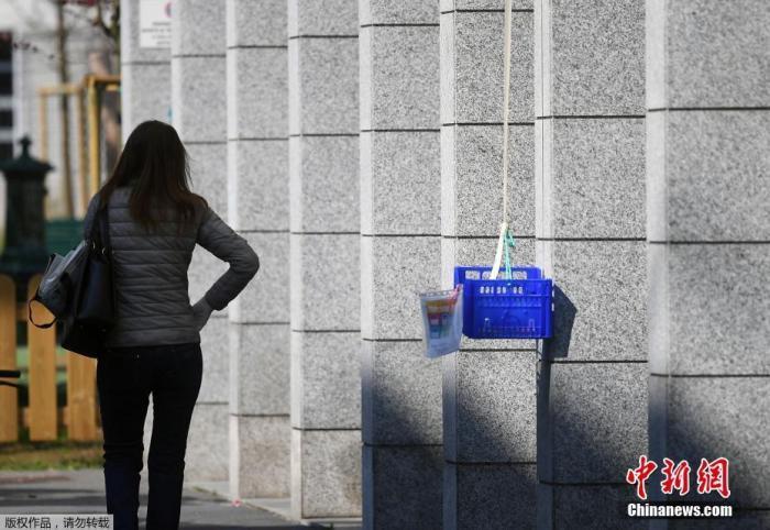 """当地时间4月9日,新冠肺炎疫情期间,意大利米兰街边悬挂的""""捐赠筐""""。"""