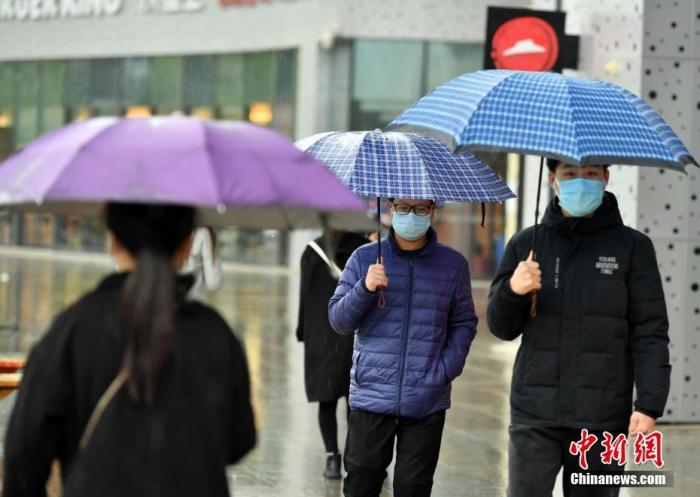 4月9日,河北石家庄市民雨中出行。据中央气象台网站消息,8日至9日,较弱冷空气影响华北地区,大部地区有4-6℃降温,局地可达8℃,华北西北部有雨夹雪、华北中南部有小到中雨。 <a target='_blank' href='http://www.chinanews.com/'>中新社</a>记者 翟羽佳 摄