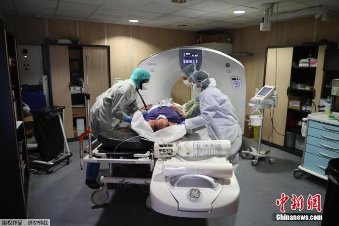 当地时间4月8日,法国因新冠肺炎疫情封城第23天,巴黎附近的巴尼奥莱市一家医院内,新冠肺炎患者接受扫描检查。