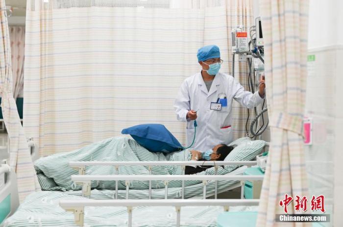 资料图:医务人员为新冠肺炎重症患者护理。中新社记者 张娅子 摄
