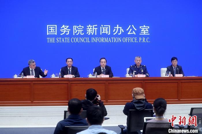 4月9日,国务院新闻办公室在北京举行新闻发布会,介绍春夏森林草原火灾防控有关情况。会议公布的数据显示,今年清明假期中国共发生森林草原火灾13起,同比减少83%。 <a target='_blank' href='http://www.chinanews.com/'>中新社</a>记者 张宇 摄