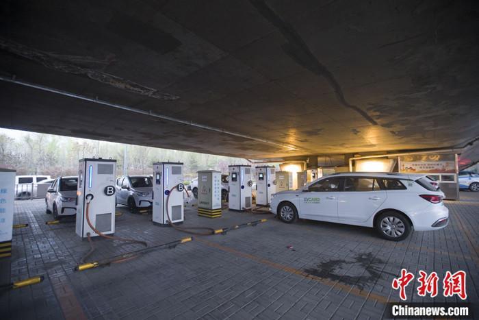 4月9日,山西省太原市,新能源汽车正在汽车充电桩充电。 中新社记者 张云 摄