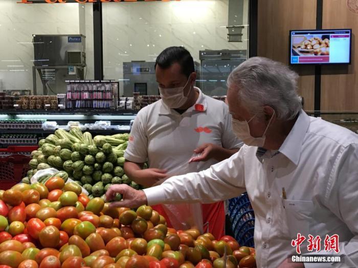 """当地时间4月9日,在巴西圣保罗,民众戴着口罩在一家超市购物。当日,巴西圣保罗州首府圣保罗市实施30天的""""隔离令""""进入第17天,记者走访了圣保罗市几家超市,看到超市物品供应充足,超市内多数人戴口罩购物,秩序井然,没有出现""""抢购""""现象。隔离期间,圣保罗市除超市、药店、食品店外,所有非必要的商店、餐馆、酒吧、咖啡厅全部关闭,全市停工停课,并无限期取消各类大型活动。同时,要求全市民众尽量待在家里,外出要戴口罩,做好自我防护,以降低病毒传播速度,减轻医院压力。据巴西卫生部发布的数据,截至9日14时,巴西共有新冠肺炎确诊病例17857例,死亡941例。其中圣保罗州最多,确诊7480例,死亡496例。 ..."""