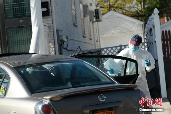 当地时间4月11日,一名超市送货员在纽约市皇后区为居民送货,送货员戴着口罩,身穿防护服。据美国约翰斯·霍普金斯大学发布统计数据,截至11日傍晚,美国累计新冠肺炎确诊病例已经超过520000例,其中纽约州确诊病例超过180000例。 <a target='_blank' href='http://www.fbhtqkx.site/'>中新社</a>记者 廖攀 摄