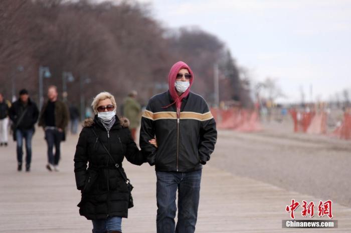 当地时间4月11日,复活节假期,加拿大多伦多市民佩戴口罩在湖滨公园散步踏青。 <a target='_blank' href='http://www.chinanews.com/'>中新社</a>记者 余瑞冬 摄