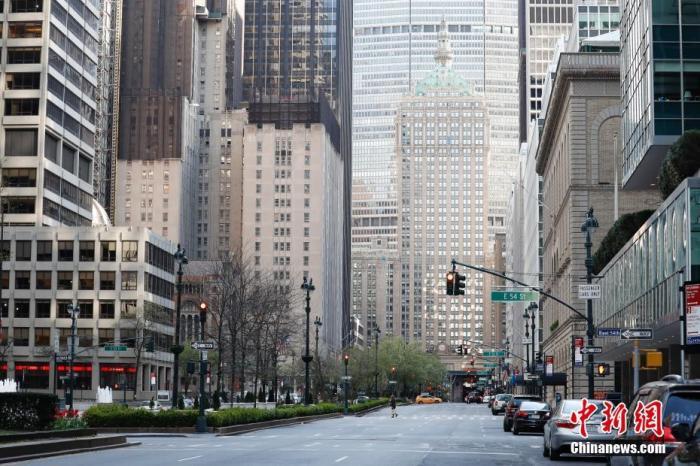 当地时间4月11日,受新冠肺炎疫情影响,宽阔的纽约公园大道行人寥寥。 <a target='_blank' href='http://www.chinanews.com/'>中新社</a>记者 廖攀 摄