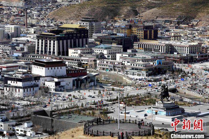 """""""苦干三年,跨越二十年。""""2010年青海玉树""""4·14""""7.1级地震后,三年灾后重建令当地涅槃重生。至震后十年,玉树再展新颜。图为4月11日拍摄的青海省玉树藏族自治州玉树市藏乡新城局部。 <a target='_blank' href='http://www.chinanews.com/'>中新社</a>记者 胡贵龙 摄"""