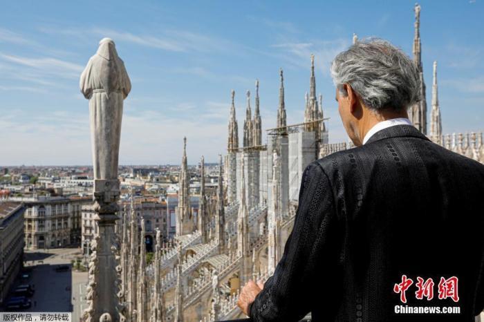 """内地时间4月12日,复生节当天,意大利北部伦巴第大区首府米兰,著名瞽者男高音赞美家安德烈·波切利在米兰大教堂内举办了一场出格的""""独唱""""演出。"""