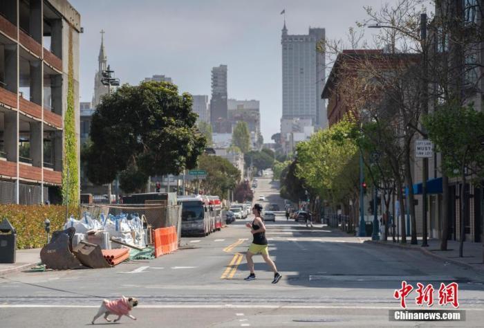 当地时间4月12日,美国旧金山市民在户外跑步。针对新冠肺热疫情的出走禁令颁布之后,这边比通俗冷清了很众。 中新社记者 刘关关 摄