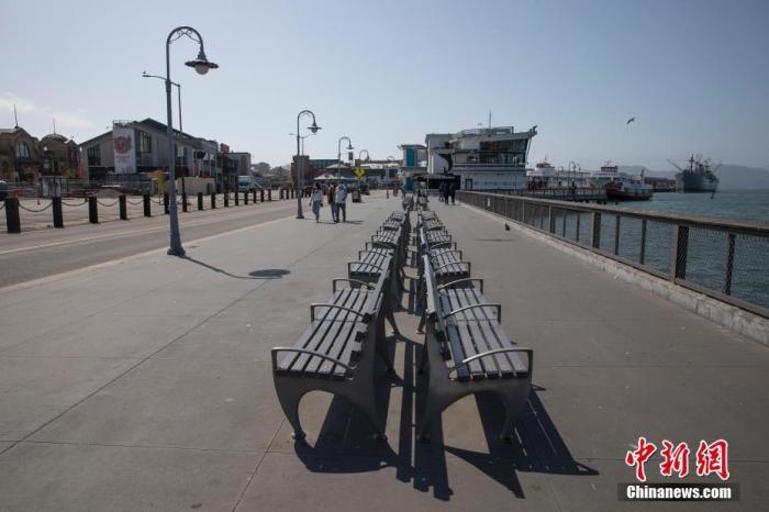 内地时间4月12日,美国旧金山市民在渔人船埠四周散步。针对新冠肺炎疫情的出行禁令颁布之后,这里比平时冷僻了很多。内地打点部分此前还公布,湾区将在复生节周末封锁更多公园等户外休闲场合,以催促人们不要聚积,各自在家庆祝节日。 /p阳光在线记者 刘关关 摄