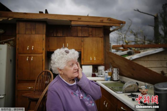 当地时间4月13日,美国密西西比州卡森,当地居民在查看遭龙卷风袭击后的住宅。