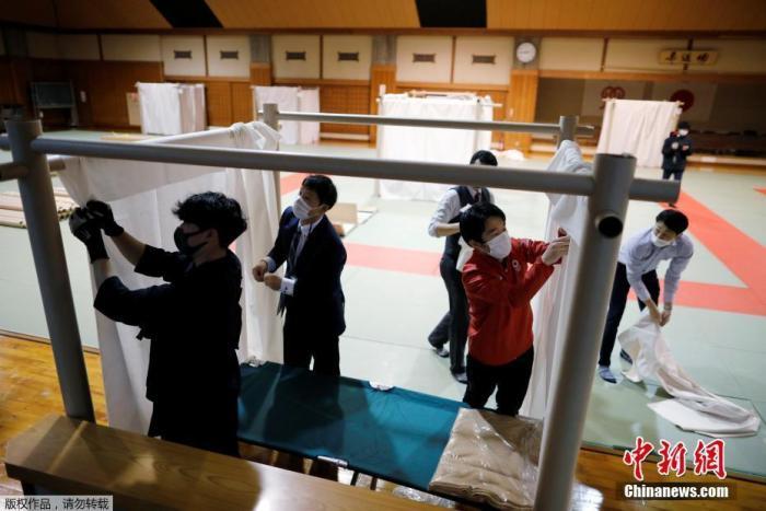 内地时间4月13日,日本横滨一所柔道场正在改建成为姑且遁迹所。由于受到新冠肺炎病毒的影响,内地一些24小时网吧、漫画店和咖啡店暂停营业,一些曾经在这些处所留宿的流离者无处安身。内地事恋人员将柔道场改建成为姑且遁迹所,安放无家可归者。