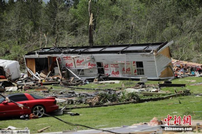 当地时间4月13日,美国佐治亚州查茨沃斯,龙卷风袭击过后,一栋移动房屋被掀翻。