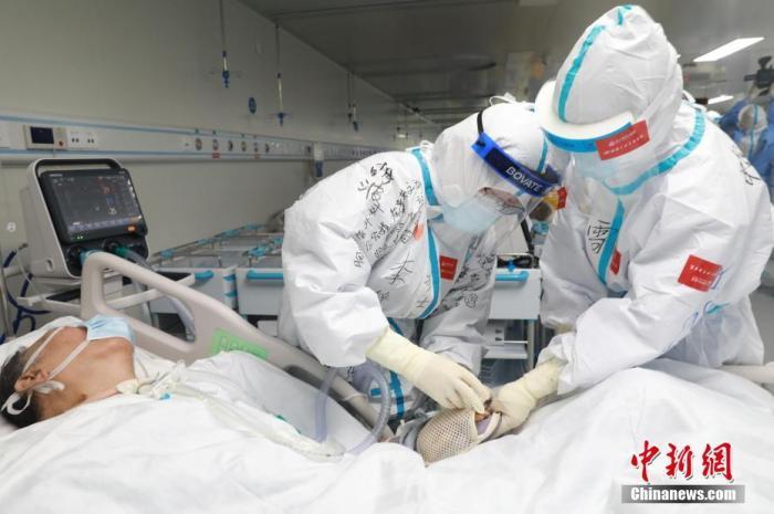 资料图:护士为患者做护理。高翔 摄
