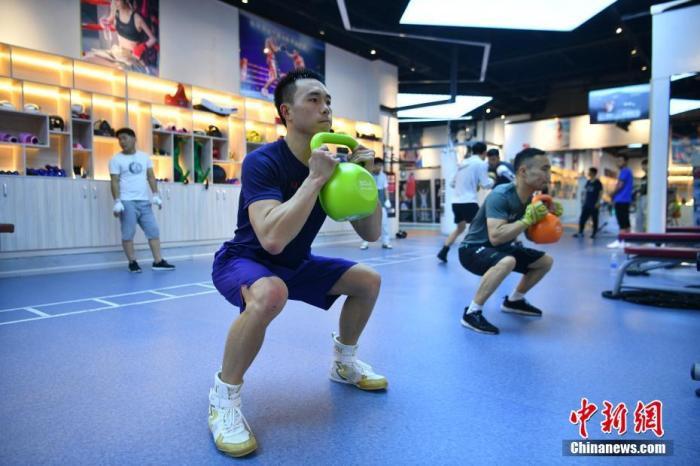 4月13日,徐灿和队友张方勇正在训练。近日,中国唯一的现役职业拳王徐灿和队友在昆明进行集训。按计划他即将进行羽量级拳王统一战,然而受到疫情影响,目前这场比赛的具体时间还未确定。徐灿表示,尽管新冠肺炎疫情给比赛和训练带来了诸多不便,但是大家依然保持训练节奏,保持良好的竞技状态。 <a target='_blank' href='http://www.chinanews.com/'>中新社</a>记者 刘冉阳 摄