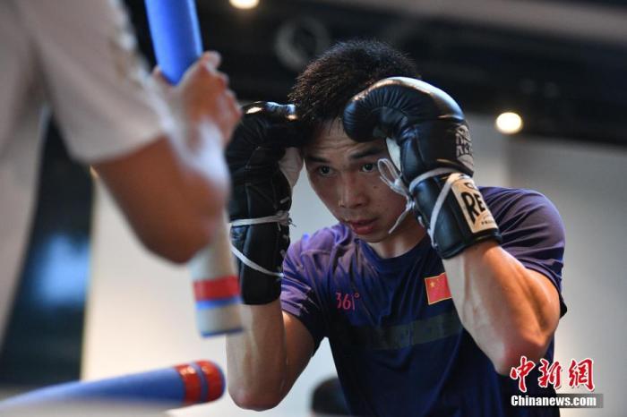 4月13日,徐灿在训练。近日,中国唯一的现役职业拳王徐灿和队友在昆明进行集训。按计划他即将进行羽量级拳王统一战,然而受到疫情影响,目前这场比赛的具体时间还未确定。徐灿表示,尽管新冠肺炎疫情给比赛和训练带来了诸多不便,但是大家依然保持训练节奏,保持良好的竞技状态。 <a target='_blank' href='http://www.chinanews.com/'>中新社</a>记者 刘冉阳 摄