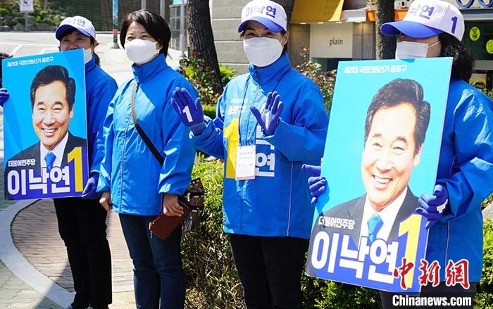 资料图:4月14日,首尔民众在街头手举支持者海报号召投票。四年一度的韩国国会选举将于当地时间4月15日举行。<a target='_blank' href='http://www.chinanews.com/'>中新社</a>记者 曾鼐 摄