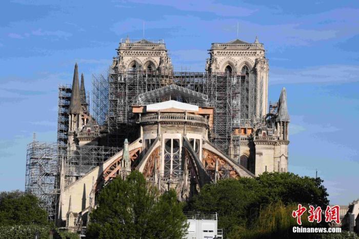 当地时间2020年4月15日,法国迎来巴黎圣母院大火一周年,巴黎圣母院的修缮工作已因新冠肺炎疫情而暂停。 中新社记者 李洋 摄