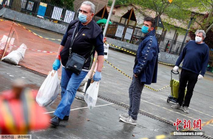 内地时间4月14日,意大利罗马,消费者在特拉斯蒂夫市场列队等待购置物资。为阻止新型冠状病毒的流传内地对露天市场实施了新的限制法子。