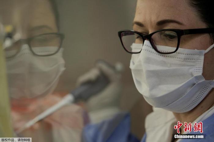 当地时间4月14日,美国华盛顿州刘易斯-麦考德联合基地的麦迪根陆军医疗中心实验室,微生物学家正在进行检测核酸。