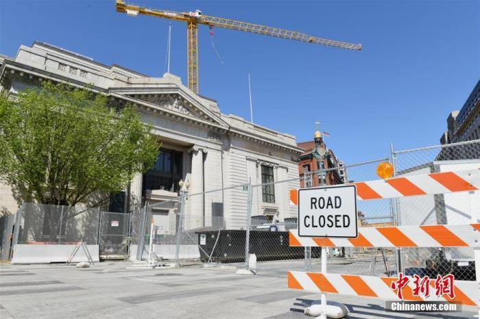 当地时间4月16日,华盛顿市区一处施工中的路口。 /p中新社记者 陈孟统 摄
