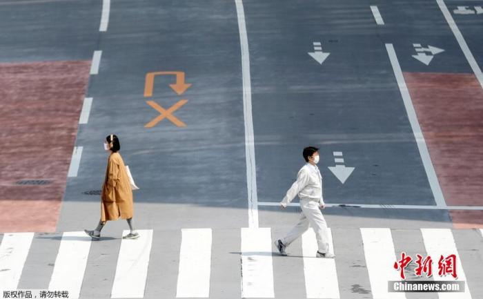 """当地时间4月16日晚,日本首相安倍晋三正式宣布,将""""紧急事态宣言""""适用范围扩展至日本全境,持续时间至5月6日。截至目前,日本境内新冠肺炎病例已超过9000例,东京都单日新增149例,冲绳出现首例死亡病例。日本将从17日起在全国范围内发放布口罩。图为东京街头民众戴口罩出行。"""